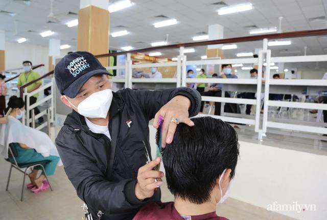 TP.HCM: Ấm lòng 7 tình nguyện viên đến bệnh viện cắt tóc miễn phí để bác sĩ yên tâm chống dịch - Ảnh 2.