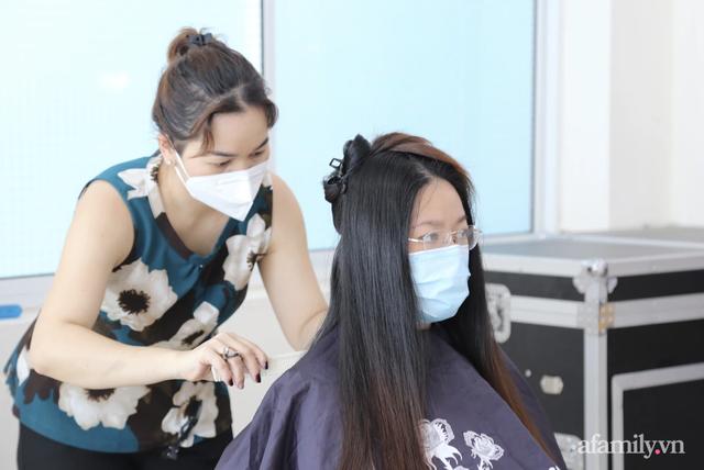 TP.HCM: Ấm lòng 7 tình nguyện viên đến bệnh viện cắt tóc miễn phí để bác sĩ yên tâm chống dịch - Ảnh 3.