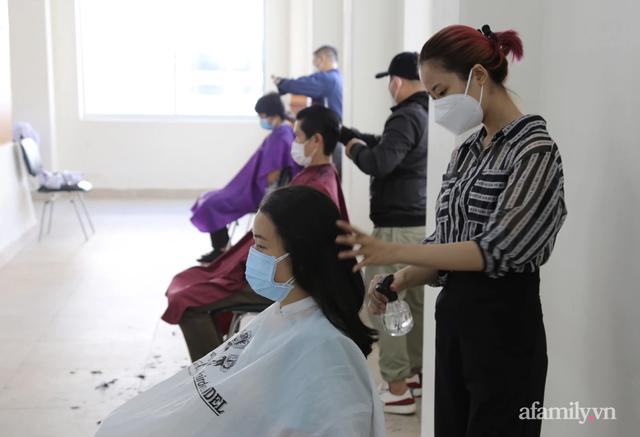 TP.HCM: Ấm lòng 7 tình nguyện viên đến bệnh viện cắt tóc miễn phí để bác sĩ yên tâm chống dịch - Ảnh 4.