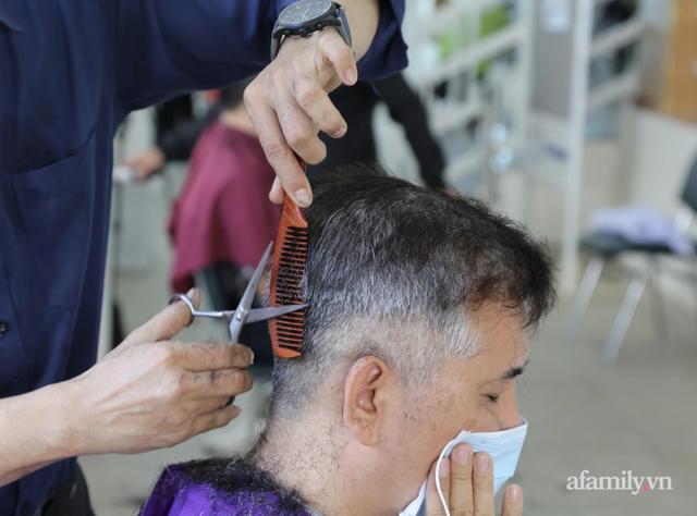 TP.HCM: Ấm lòng 7 tình nguyện viên đến bệnh viện cắt tóc miễn phí để bác sĩ yên tâm chống dịch - Ảnh 5.