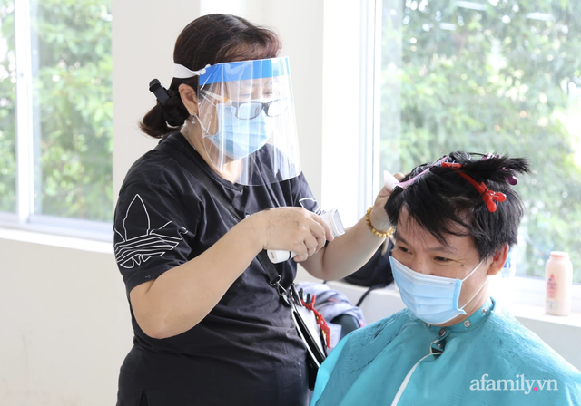 TP.HCM: Ấm lòng 7 tình nguyện viên đến bệnh viện cắt tóc miễn phí để bác sĩ yên tâm chống dịch - Ảnh 6.