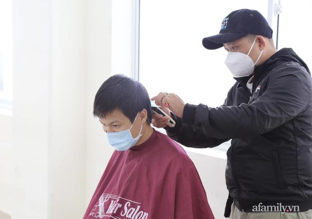 TP.HCM: Ấm lòng 7 tình nguyện viên đến bệnh viện cắt tóc miễn phí để bác sĩ yên tâm chống dịch - Ảnh 7.