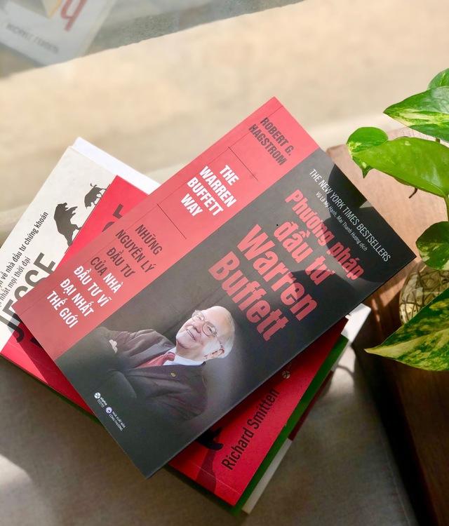 Buffett cho rằng Thật tệ nếu đi ngủ mà vẫn nghĩ về giá cổ phiếu nhưng sẽ thật tuyệt nếu biết nghiền ngẫm 5 cuốn sách về đầu tư sau: Không vé số hay may mắn nào cả, tất cả phụ thuộc vào bạn!  - Ảnh 2.