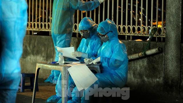 Hà Nội phong tỏa chợ thuốc lớn trên phố Láng Hạ do liên quan ca COVID-19  - Ảnh 2.