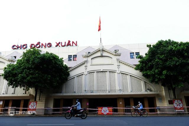 Hà Nội: Chợ Đồng Xuân im lìm khác lạ, hơn 2.100 gian hàng tạm đóng cửa - Ảnh 1.