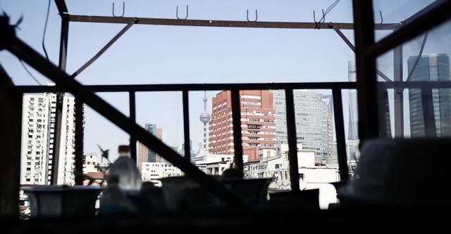 Cuộc sống chật vật bên trong những ngôi nhà mỏng tang như tờ giấy giữa lòng thành phố hoa lệ không bao giờ ngủ  - Ảnh 2.