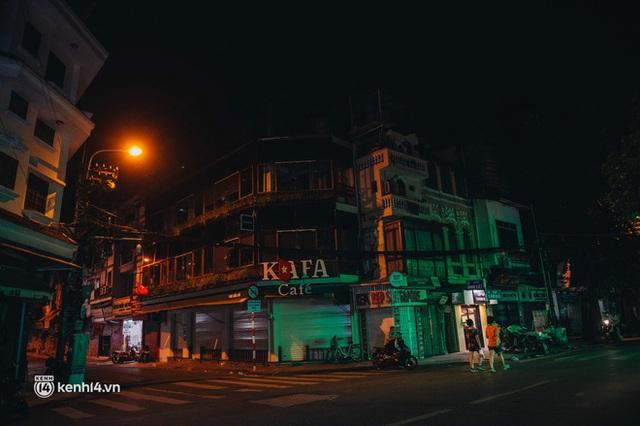 Buổi tối Hà Nội vắng hơn cả Tết: Phố xá nơi đâu cũng thinh lặng, người dân ở nhà đóng cửa chống dịch - Ảnh 1.