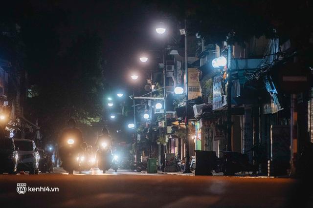 Buổi tối Hà Nội vắng hơn cả Tết: Phố xá nơi đâu cũng thinh lặng, người dân ở nhà đóng cửa chống dịch - Ảnh 2.