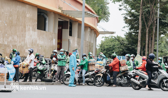 """Đội quân shipper """"đổ bộ"""" đến những bệnh viện dã chiến để giao hàng hóa cho bệnh nhân Covid-19 ở Sài Gòn - Ảnh 1."""