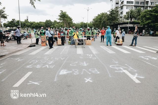 """Đội quân shipper """"đổ bộ"""" đến những bệnh viện dã chiến để giao hàng hóa cho bệnh nhân Covid-19 ở Sài Gòn - Ảnh 2."""