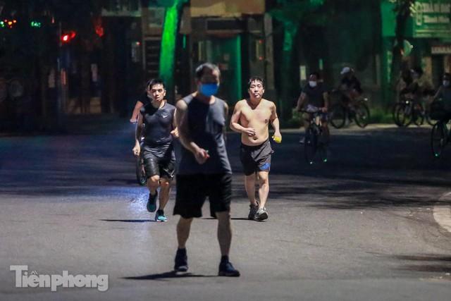 Né lực lượng chức năng, người dân Thủ đô rủ nhau tập thể dục lúc 3 giờ sáng - Ảnh 1.