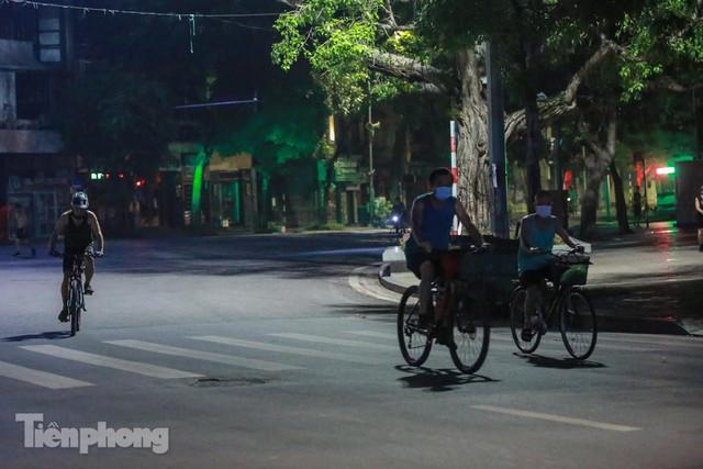 Né lực lượng chức năng, người dân Thủ đô rủ nhau tập thể dục lúc 3 giờ sáng - Ảnh 2.