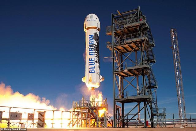 Jeff Bezos trả lời độc quyền CNN trước chuyến bay lên vũ trụ tối nay: Bạn bè khuyên tôi ĐỪNG ĐI! - Ảnh 2.