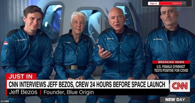 Jeff Bezos trả lời độc quyền CNN trước chuyến bay lên vũ trụ tối nay: Bạn bè khuyên tôi ĐỪNG ĐI! - Ảnh 1.