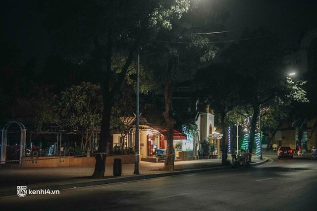Buổi tối Hà Nội vắng hơn cả Tết: Phố xá nơi đâu cũng thinh lặng, người dân ở nhà đóng cửa chống dịch - Ảnh 11.
