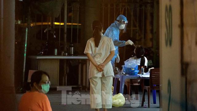 Hà Nội phong tỏa chợ thuốc lớn trên phố Láng Hạ do liên quan ca COVID-19  - Ảnh 12.