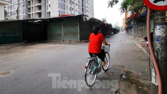 Thiên đường mua sắm của sinh viên Hà Nội cửa đóng then cài giữa đại dịch COVID-19  - Ảnh 12.