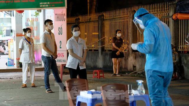 Hà Nội phong tỏa chợ thuốc lớn trên phố Láng Hạ do liên quan ca COVID-19  - Ảnh 13.