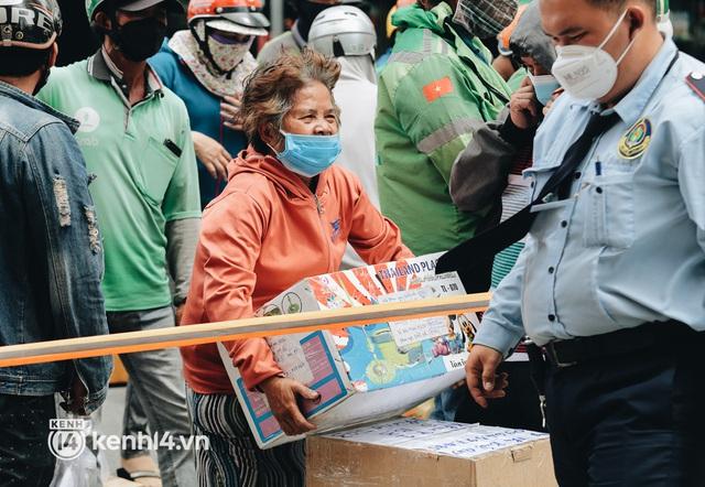 """Đội quân shipper """"đổ bộ"""" đến những bệnh viện dã chiến để giao hàng hóa cho bệnh nhân Covid-19 ở Sài Gòn - Ảnh 13."""