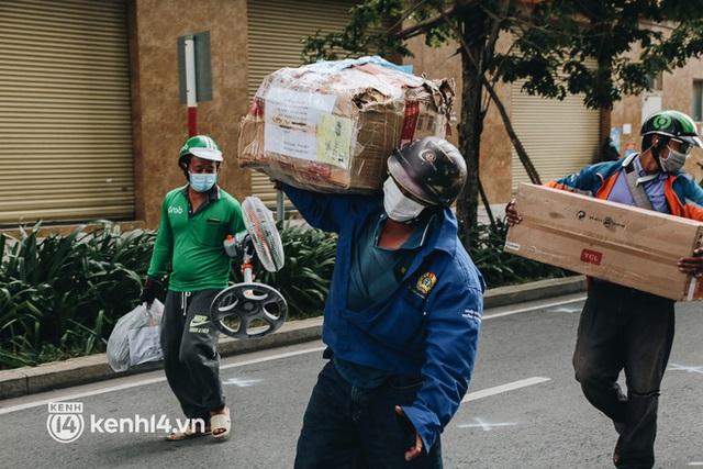 """Đội quân shipper """"đổ bộ"""" đến những bệnh viện dã chiến để giao hàng hóa cho bệnh nhân Covid-19 ở Sài Gòn - Ảnh 18."""