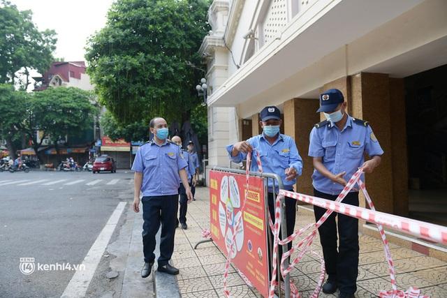 Hà Nội: Chợ Đồng Xuân im lìm khác lạ, hơn 2.100 gian hàng tạm đóng cửa - Ảnh 3.