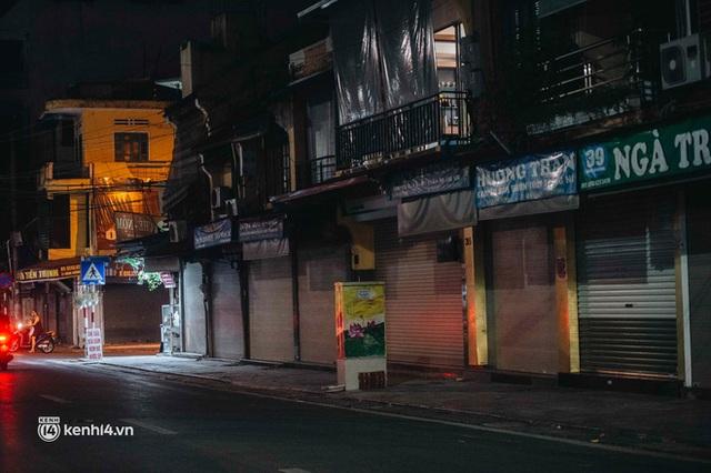 Buổi tối Hà Nội vắng hơn cả Tết: Phố xá nơi đâu cũng thinh lặng, người dân ở nhà đóng cửa chống dịch - Ảnh 3.