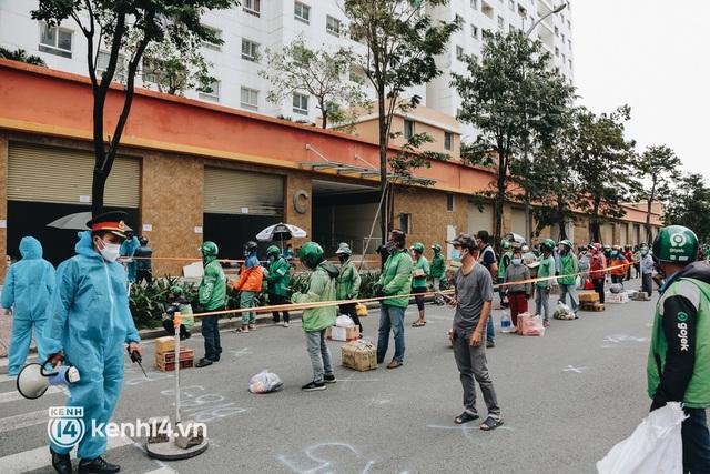 """Đội quân shipper """"đổ bộ"""" đến những bệnh viện dã chiến để giao hàng hóa cho bệnh nhân Covid-19 ở Sài Gòn - Ảnh 22."""