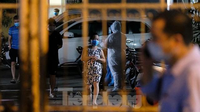 Hà Nội phong tỏa chợ thuốc lớn trên phố Láng Hạ do liên quan ca COVID-19  - Ảnh 4.