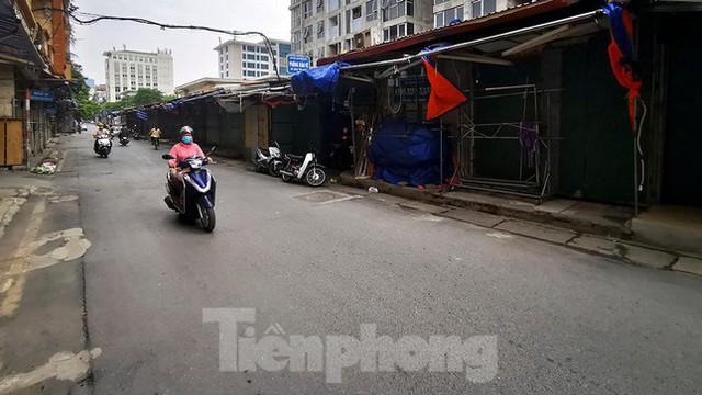 Thiên đường mua sắm của sinh viên Hà Nội cửa đóng then cài giữa đại dịch COVID-19  - Ảnh 4.