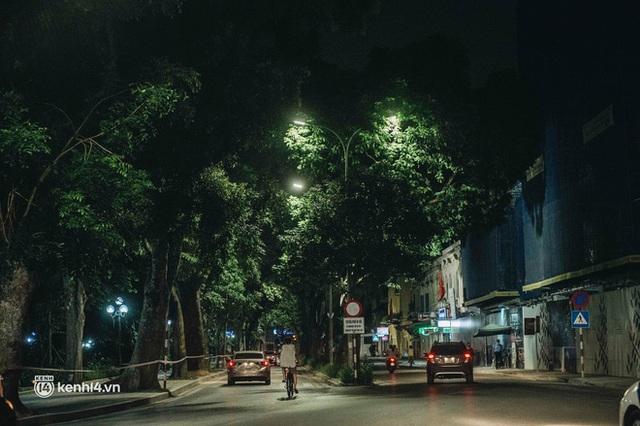 Buổi tối Hà Nội vắng hơn cả Tết: Phố xá nơi đâu cũng thinh lặng, người dân ở nhà đóng cửa chống dịch - Ảnh 5.