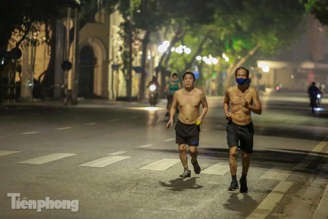 Né lực lượng chức năng, người dân Thủ đô rủ nhau tập thể dục lúc 3 giờ sáng - Ảnh 6.