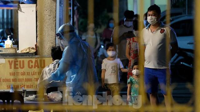 Hà Nội phong tỏa chợ thuốc lớn trên phố Láng Hạ do liên quan ca COVID-19  - Ảnh 7.