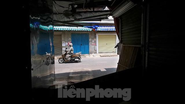 Thiên đường mua sắm của sinh viên Hà Nội cửa đóng then cài giữa đại dịch COVID-19  - Ảnh 7.