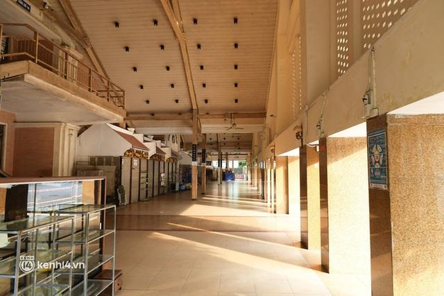Hà Nội: Chợ Đồng Xuân im lìm khác lạ, hơn 2.100 gian hàng tạm đóng cửa - Ảnh 8.