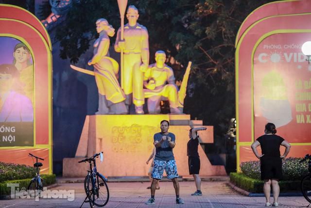 Né lực lượng chức năng, người dân Thủ đô rủ nhau tập thể dục lúc 3 giờ sáng - Ảnh 9.