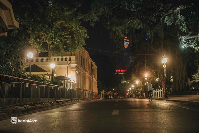 Buổi tối Hà Nội vắng hơn cả Tết: Phố xá nơi đâu cũng thinh lặng, người dân ở nhà đóng cửa chống dịch - Ảnh 10.