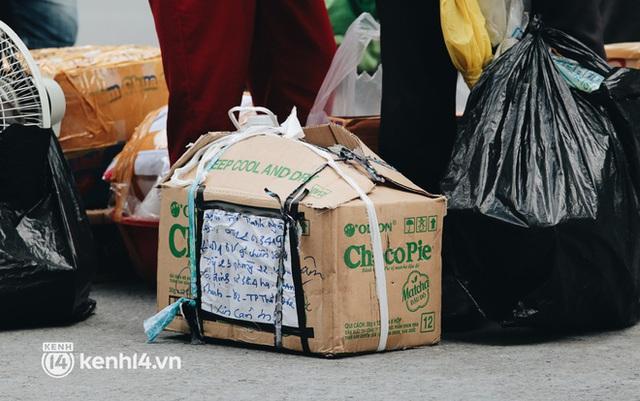 """Đội quân shipper """"đổ bộ"""" đến những bệnh viện dã chiến để giao hàng hóa cho bệnh nhân Covid-19 ở Sài Gòn - Ảnh 10."""