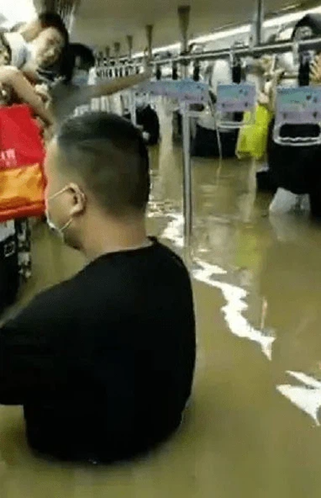 Vụ tàu cao tốc đang chở khách dừng đột ngột, chìm trong nước lũ ở TQ: Hành khách tuyệt vọng gọi cho người thân để từ biệt - Ảnh 1.