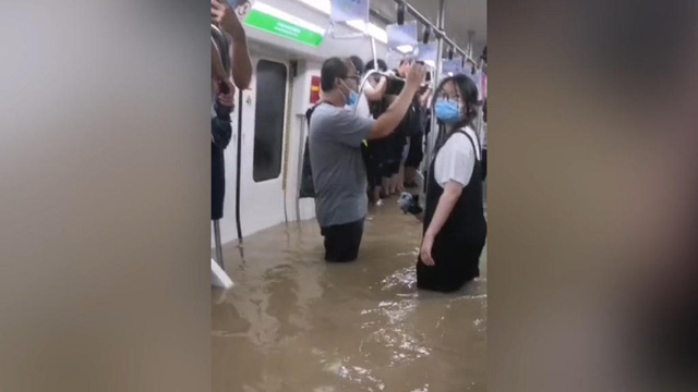 Vụ tàu cao tốc đang chở khách dừng đột ngột, chìm trong nước lũ ở TQ: Hành khách tuyệt vọng gọi cho người thân để từ biệt - Ảnh 2.