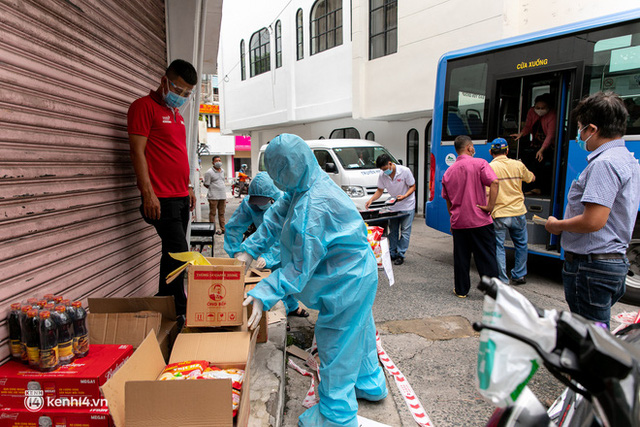 Ảnh, clip: Những chiếc xe buýt chở đầy rau củ với giá bình ổn cho người dân Sài Gòn những ngày giãn cách xã hội - Ảnh 12.