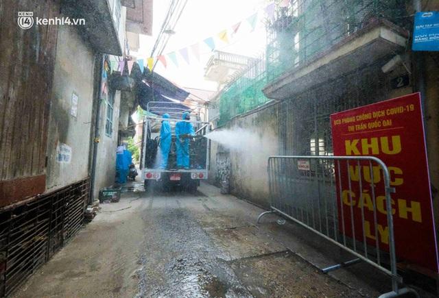 Hà Nội: Bộ tư lệnh Thủ đô dùng xe chuyên dụng, phun khử khuẩn toàn bộ thị trấn Quốc Oai - Ảnh 11.