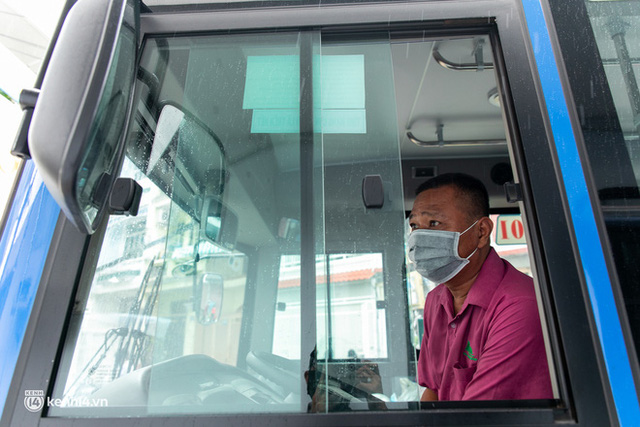Ảnh, clip: Những chiếc xe buýt chở đầy rau củ với giá bình ổn cho người dân Sài Gòn những ngày giãn cách xã hội - Ảnh 13.