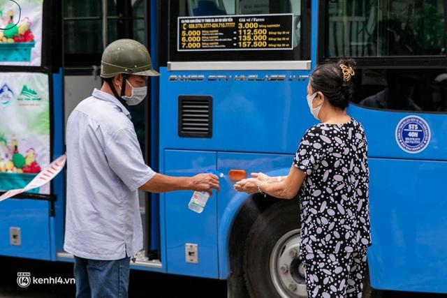 Ảnh, clip: Những chiếc xe buýt chở đầy rau củ với giá bình ổn cho người dân Sài Gòn những ngày giãn cách xã hội - Ảnh 4.