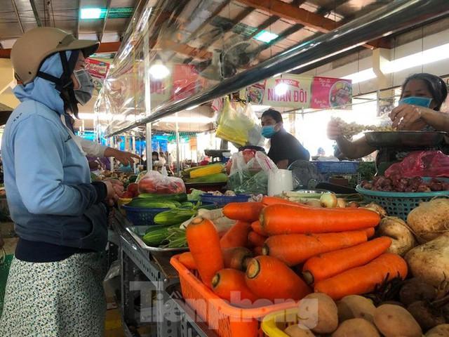 Chợ dân sinh tại TP HCM vắng khách, nhiều mặt hàng giá cao - Ảnh 4.