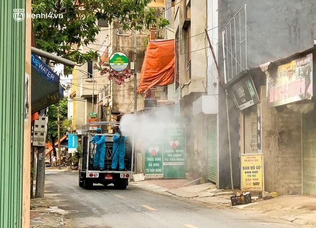 Hà Nội: Bộ tư lệnh Thủ đô dùng xe chuyên dụng, phun khử khuẩn toàn bộ thị trấn Quốc Oai - Ảnh 5.