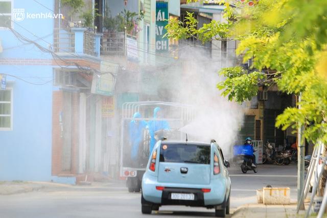 Hà Nội: Bộ tư lệnh Thủ đô dùng xe chuyên dụng, phun khử khuẩn toàn bộ thị trấn Quốc Oai - Ảnh 6.
