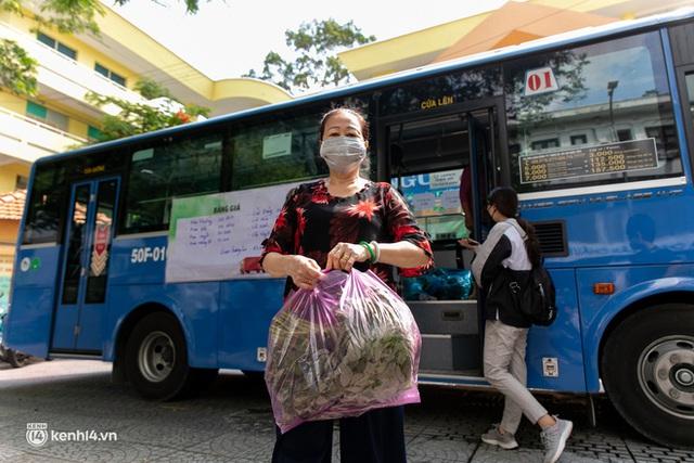Ảnh, clip: Những chiếc xe buýt chở đầy rau củ với giá bình ổn cho người dân Sài Gòn những ngày giãn cách xã hội - Ảnh 8.