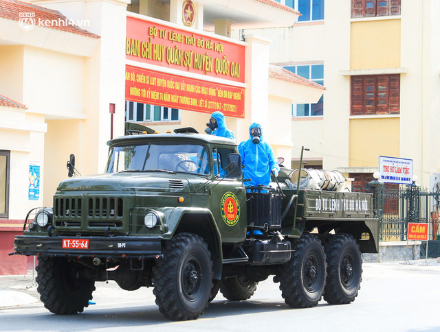 Hà Nội: Bộ tư lệnh Thủ đô dùng xe chuyên dụng, phun khử khuẩn toàn bộ thị trấn Quốc Oai - Ảnh 7.
