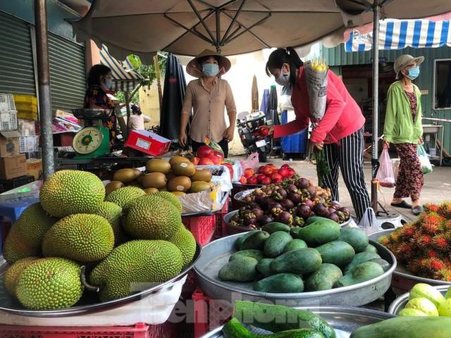 Chợ dân sinh tại TP HCM vắng khách, nhiều mặt hàng giá cao - Ảnh 8.