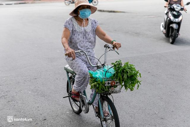 Ảnh, clip: Những chiếc xe buýt chở đầy rau củ với giá bình ổn cho người dân Sài Gòn những ngày giãn cách xã hội - Ảnh 9.